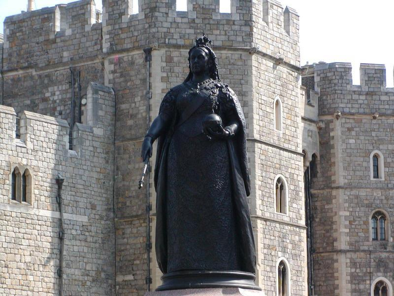 Monumentale Statue von Queen Victoria - vor dem Windsor Castle - Herzlich Willkommen auf dem Tinker Pony & Shire Horse Hof - Herkunft, Schicksal und Untergang der SHIRE HORSE